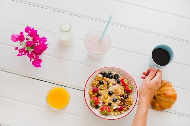 Crop personne ayant un délicieux petit déjeuner