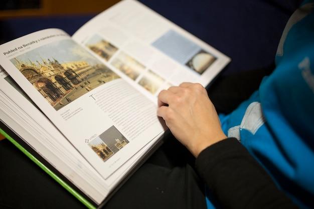 Crop personne lisant un livre