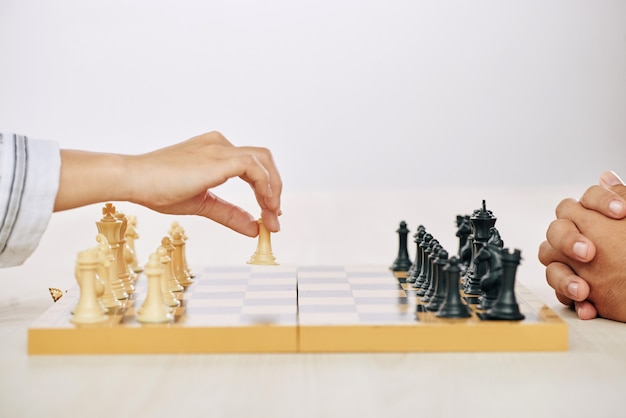 Crop personnes jouant aux échecs