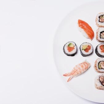 Crop plate avec un ensemble de sushis