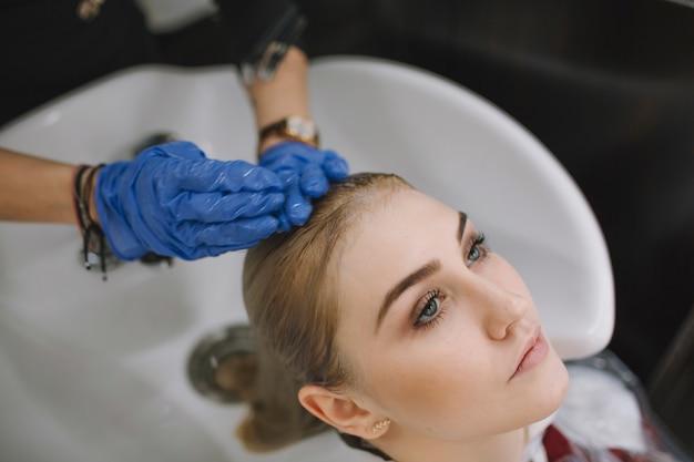 Crop styliste laver la tête du client