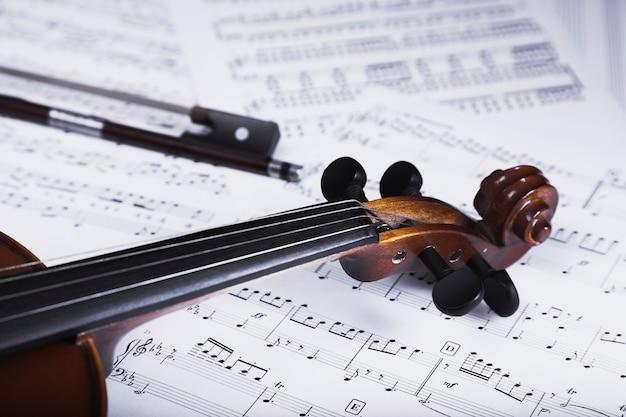 Crop de violon et archet sur la partition