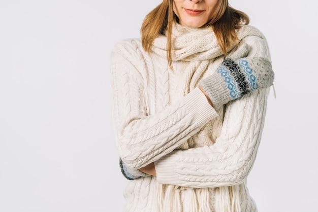 Crop woman avoir froid