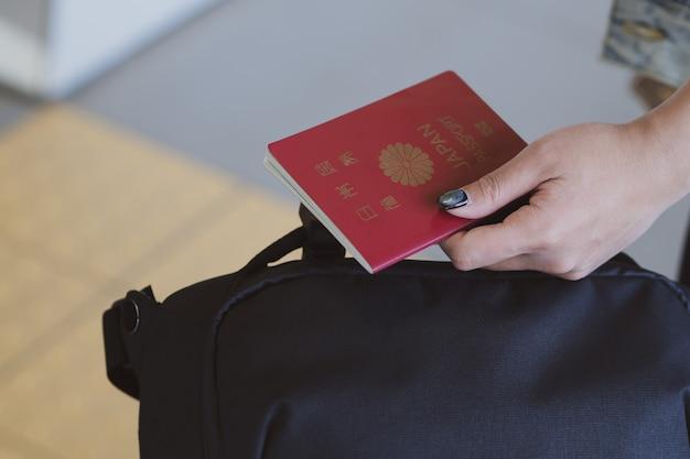 Cropped, femme, tenue, passeports, et, valise