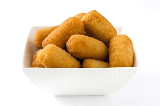 Croquettes espagnoles frites traditionnelles isolées sur blanc