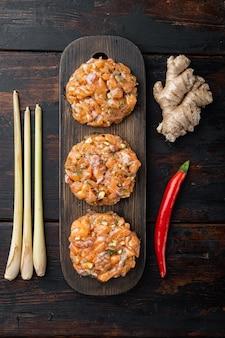 Croquettes de poisson crues asiatiques rapides, sur la vieille table en bois, vue du dessus