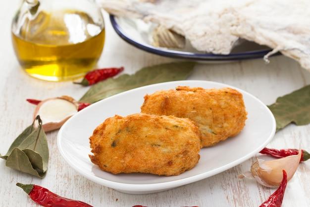 Croquettes de poisson sur plaque blanche