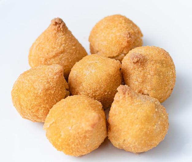 Croquettes de poulet brésiliennes sur une plaque blanche