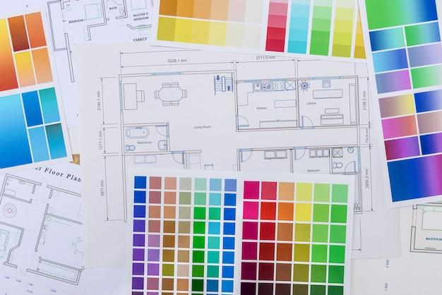 Croquis d'architecture avec des échantillons de couleurs sur la table