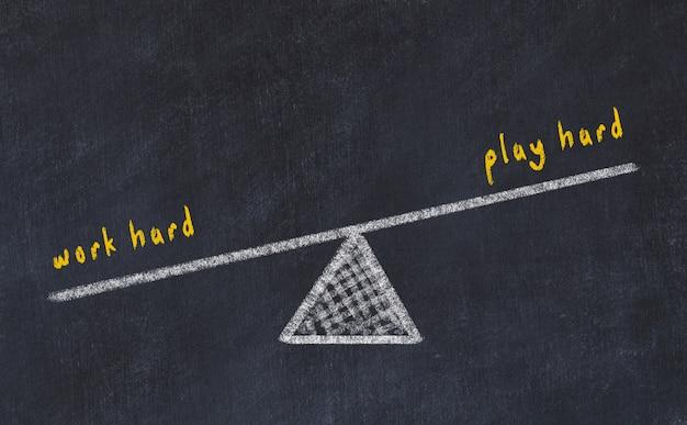Croquis du tableau de craie des échelles. équilibre entre travailler dur et jouer fort