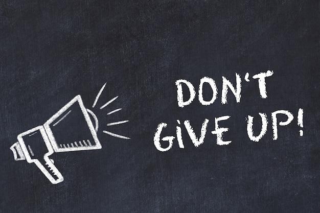 Croquis de tableau craie avec haut-parleur et phrase de motivation n'abandonnez pas.