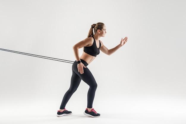 Crossfit et entraînement. concept d'activité, femme qui court. prise de vue en studio