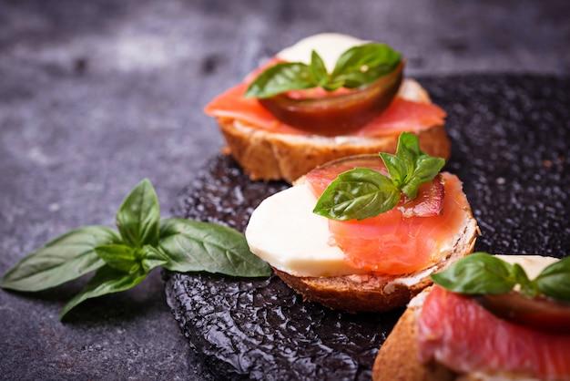 Crostini au saumon, mozarella, tomate et basilic. entrée ou apéritif italien