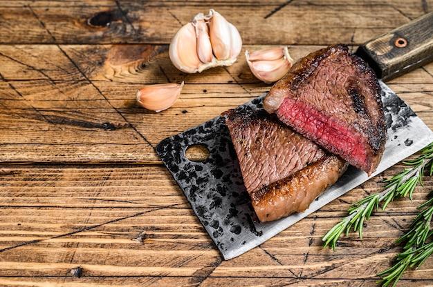 Croupe grillée ou steak de viande de bœuf picanha brésilien sur couperet