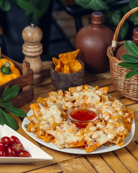 Croustilles au fromage fondu et à la sauce tomate.