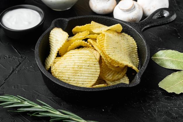 Croustilles Croustillantes. Tranches De Pomme De Terre Rôties Au Sel De Mer Photo Premium