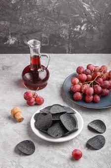 Croustilles noires au charbon, au vinaigre balsamique et aux raisins rouges