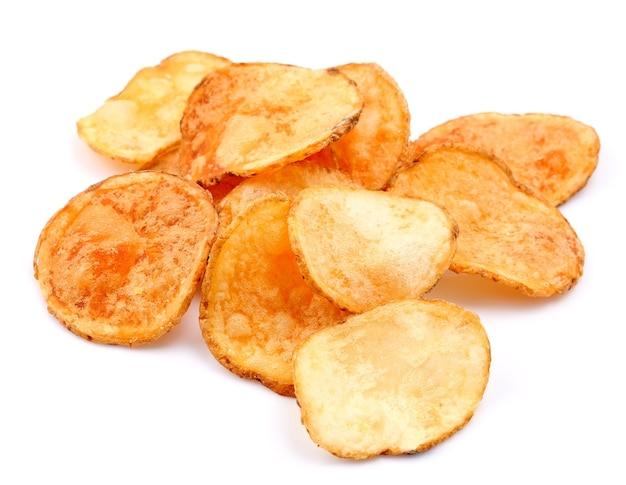 Croustilles de pommes de terre isolés sur blanc.