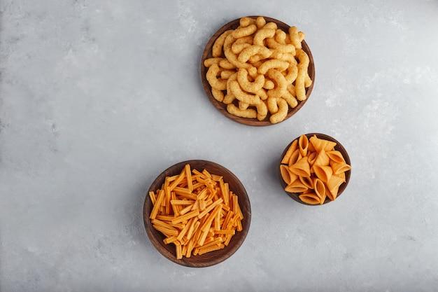 Croustilles de pommes de terre et de maïs dans des bols en bois.