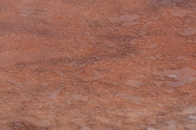 Croûte de sel à la surface de l'eau du lac rose. la couleur unique du lac est donnée par la microalgue halophile dunaliella salina. le sel rose est utilisé en cosmétologie et en médecine populaire.