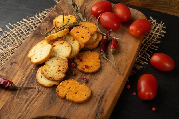 Croûtons croquants, craquelins bruschetta, biscottes ou petit pain frit