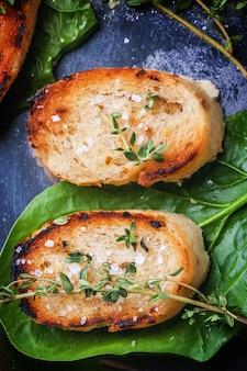 Croûtons de pain frit au thym