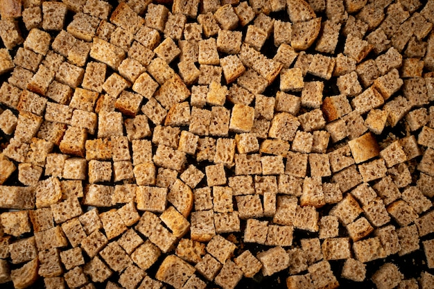 Croûtons de pain de seigle faits maison, cubes de pain croustillant, miettes de seigle séchées