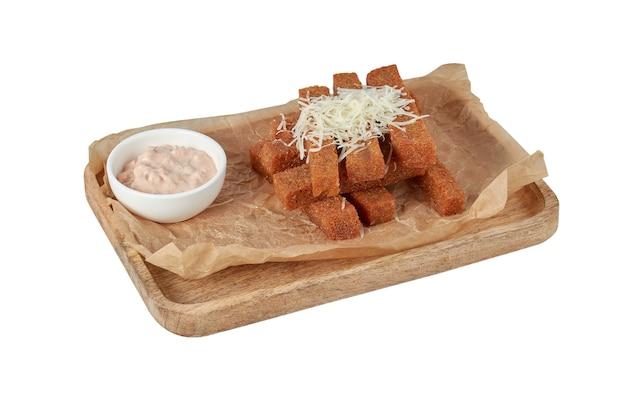 Croûtons avec sauce sur une assiette, plat de restaurant, isolat d'image