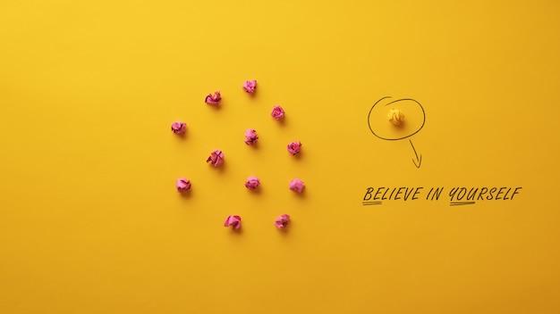 Croyez en vous-même message épelé sur fond jaune dans l'individualité conceptuelle et le courage