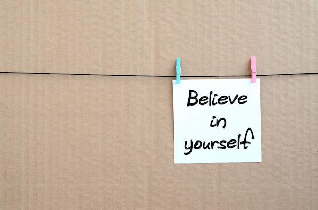 Croyez en vous. la note est écrite sur un autocollant blanc qui se bloque