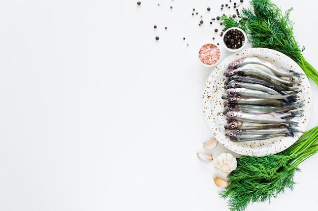 Le cru crue sur une assiette, l'aneth, le sel rose, le poivre et l'ail.