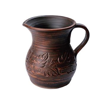 Cruche en céramique avec poignée sur blanc. motif artisanal sur pot