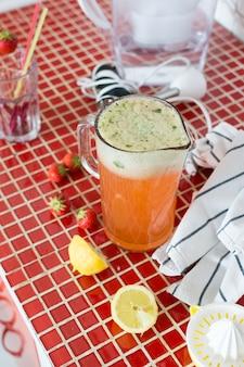 Cruche de limonade fraise fraîche