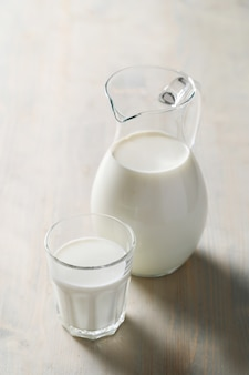 Cruche et verre de lait frais