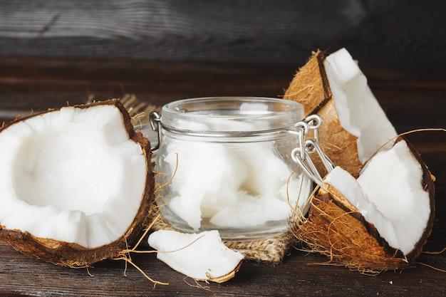 Cruche en verre et noix de coco au lait de coco