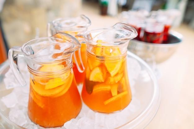 Cruches de limonade dans la glace.