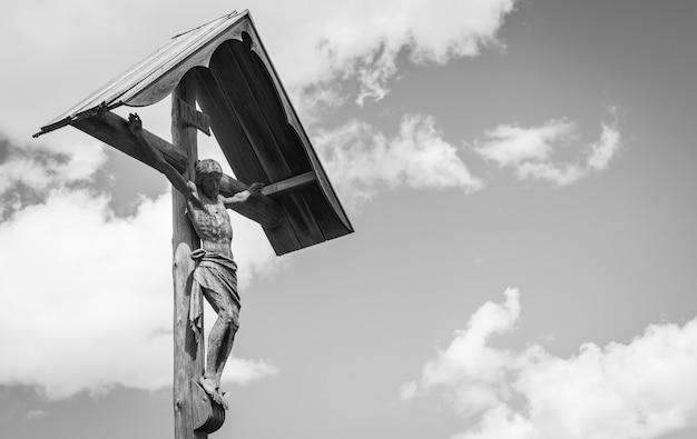 Un crucifix de 100 ans, en bois, typique de la région des dolomites au nord-est de l'italie