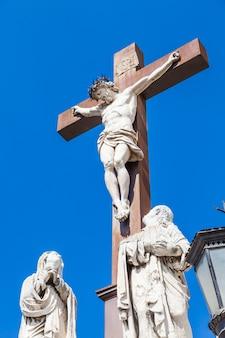 Crucifix en marbre avec ciel bleu en arrière-plan. france, provence.