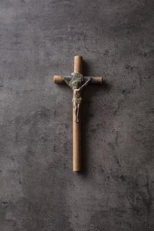 Crucifix vintage avec jésus christ sur table en béton.