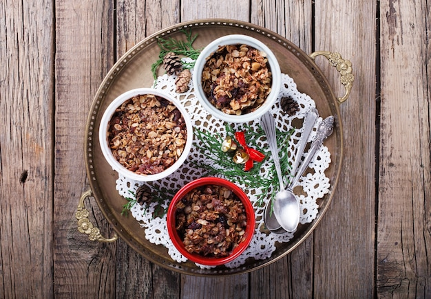 Crumble aux prunes. biscuits de nouvel an et de noël.
