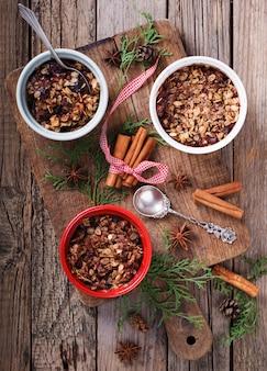 Crumble aux prunes nouvel an et biscuits de noël. focus sélectif.