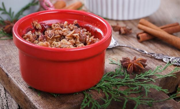 Crumble de prunes sur une planche de bois .. biscuits de nouvel an et de noël.