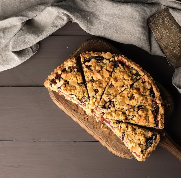 Crumble tarte demi-prune sur une planche à découper en bois brun