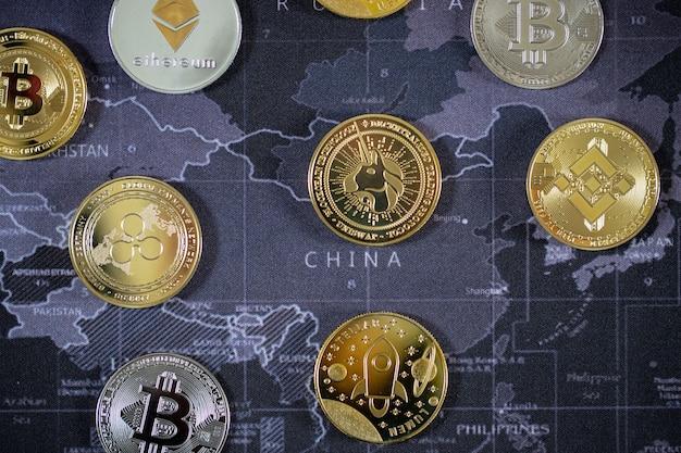Crypto-monnaie bitcoin la future pièce, nouvelle monnaie virtuelle. le taux de croissance de la pièce d'or est la devise importante pour tout payer dans le futur mondial.