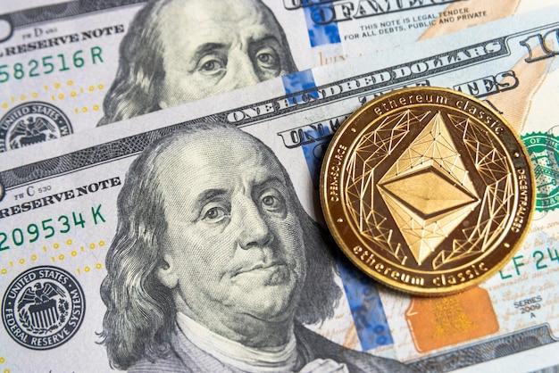 La crypto-monnaie gold ethereum en dollars américains. gros plan sur la crypto-monnaie numérique. echange, affaires, commercial. profitez de l'extraction de devises cryptées. mineur avec des dollars et une pièce d'or ethereum.