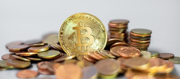 Crypto-monnaie et pile de pièces d'or bitcoin