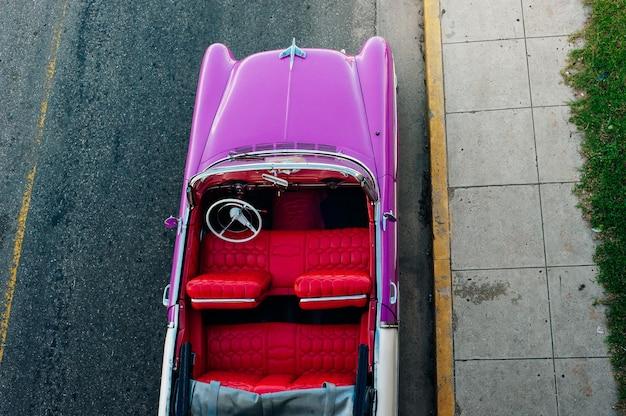 Cuba - déc 2020 vieille voiture sur la route. photo de haute qualité