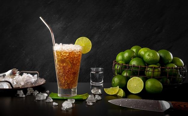 Cuba libre - boisson traditionnelle au rhum avec citron et coca