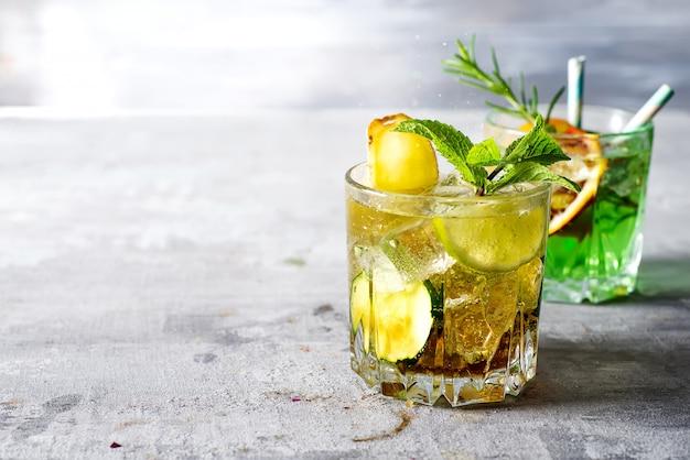 Cuba libre cocktail dans un verre sur un fond de pierre clair avec espace de copie