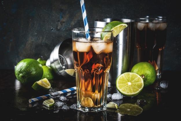 Cuba libre, cocktail long island ou thé glacé avec alcool fort, cola, citron vert et glace, deux verres, foncé